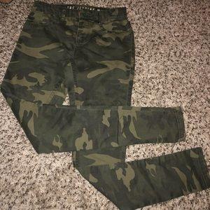 Camo jean leggings size 2 fits like size 0 Capri